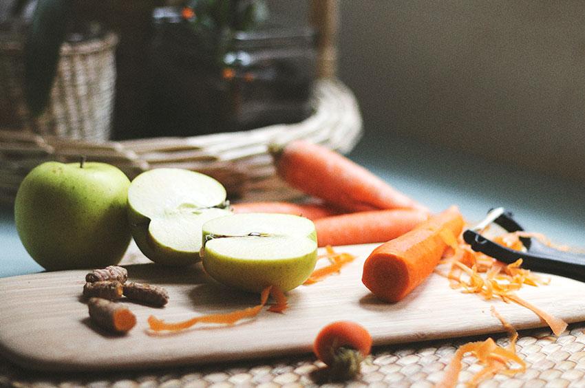 Manzanas, zanahoria y curcuma para compota