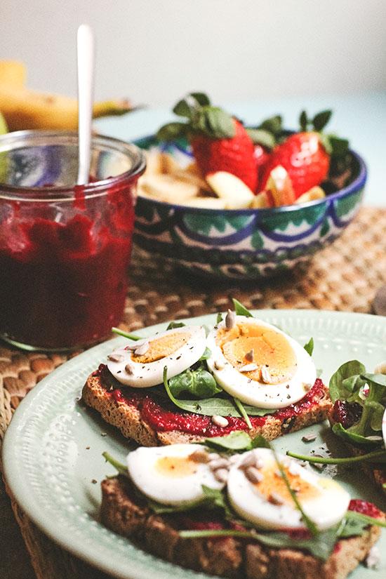 Tostada con compota de fresas y remolacha, huevo y rúcula