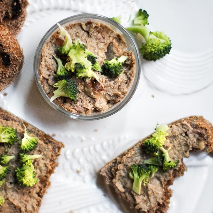 pate de shiitake y tofu con topping de brocoli crudo
