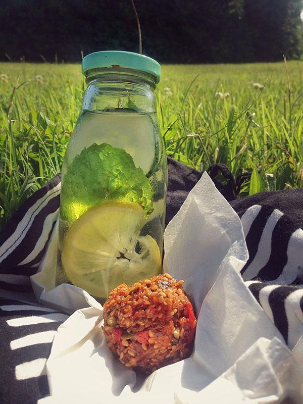 Agua saborizada con limón, menta y pepino y una bolita energética