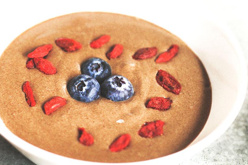 Pudding de trigo sarraceno y cacao con arandanos